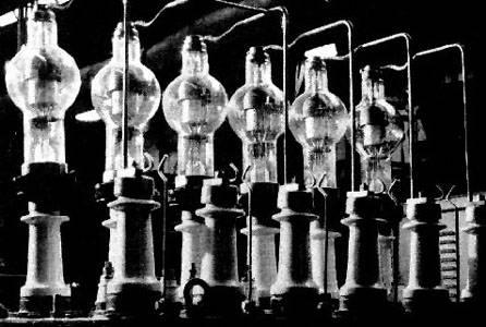 Un banco de rectificadores de vapor de mercurio de rejilla controlada de alta potencia, precursores del SCR