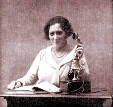 Telefonista. Fotografía usada en un anuncio de 1927 para instruir en el manejo de los teléfonos con disco