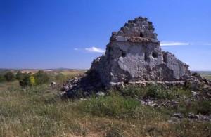 El telégrafo de Uclés, con el monasterio al fondo. Original de Jesús López Requena.