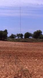 Esta es la zona donde se levantaba la torre telegráfica. Detras de la suave elevación donde se eleva la antena, se encuentra la ermita de la Concepción. Jesús López Requena.