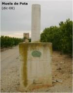 Vértice geodésico con la torre al fondo. Fotografía original del IGN