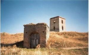 La torre con unas bodegas en primer término