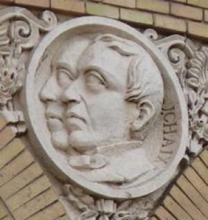 Medallón con las efigies de Rodriguez y Chaix en el Paraninfo de la Universidad de Zaragoza. Cortesía de José María Sorando.