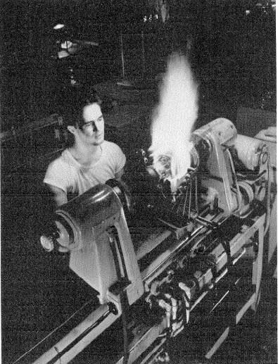 Una de las operaciones en el ensamblaje de un tubo de vacío de 50 kW para la radiodifusión