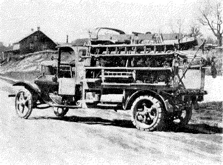 Camión de tipo 2-Ton para trabajos de construcción mostrando los compartimentos abiertos