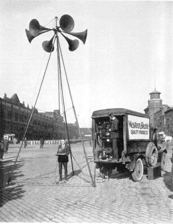 Trípode y atril del servicio de megafonía Western Electric