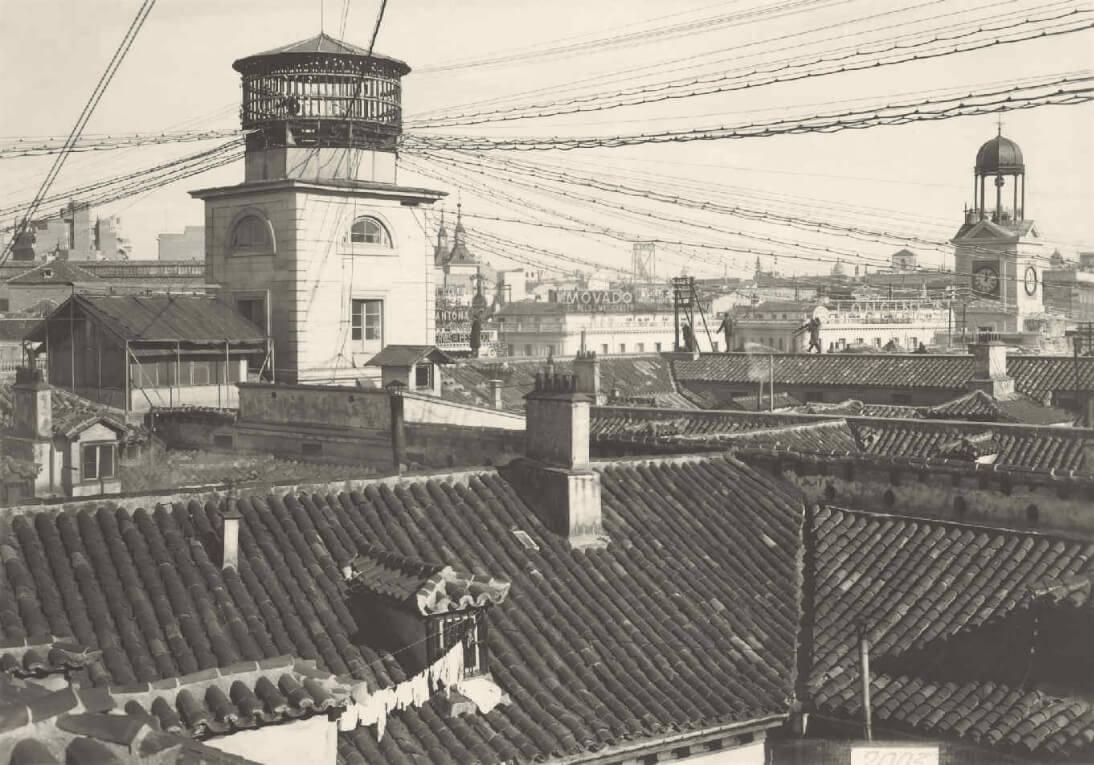 Antiguo templete telefónico de la Casa Cordero en la calle Mayor en Madrid. Fotografía tomada sobre 1924-25