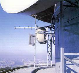 Diversos tipos de antenas de microondas.