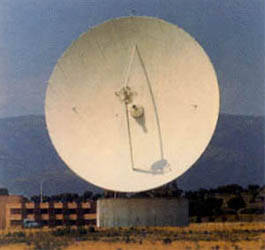 Antena de receptor parabólico de estación terrena de satélites (Buitrago).