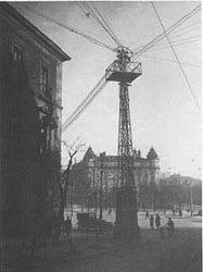 Torre de distribución de cables telefónicos, en la Plaza de Neptuno.