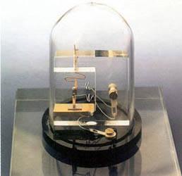 Réplica del primer transistor inventado en At & T Bell Laboratories, Murray Hill, New Jersey, el 23 de diciembre de 1947.